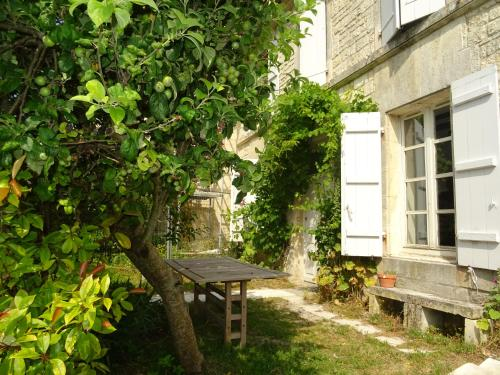 gite du presbytere : Guest accommodation near Segonzac