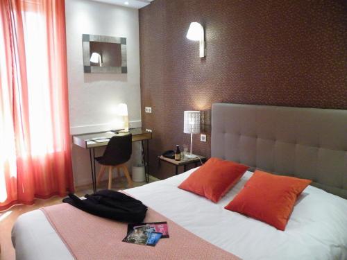 Brit Hotel Roanne - Le Grand Hôtel : Hotel near Fleury-la-Montagne