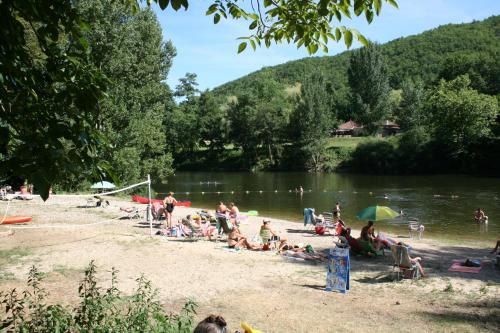 Village Camping Les Vignes : Guest accommodation near Grézels