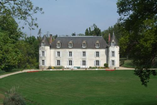 Château de La Ville-Huë : Bed and Breakfast near Comblessac