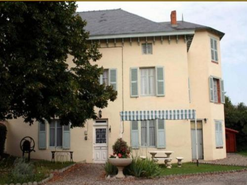 Chambres et Tables d'Hotes Les Breuils : Bed and Breakfast near Puy-Guillaume