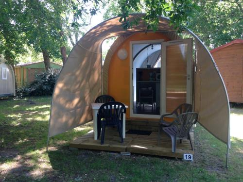 Camping La Chesnays : Guest accommodation near Queyrac