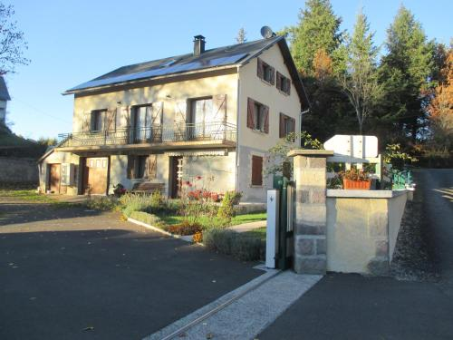 La cle des champs : Bed and Breakfast near Murol