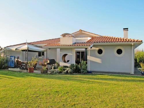 Ferienhaus mit Pool Biscarosse Ville 510S : Guest accommodation near Sanguinet