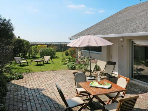 Ferienhaus Regneville sur Mer 300S : Guest accommodation near Montchaton