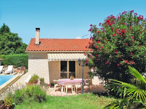 Ferienhaus mit Pool St. Paul-en-Foret 120S : Guest accommodation near Saint-Paul-en-Forêt