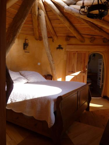 Cabane-hobbit de Samsaget : Bed and Breakfast near Borrèze
