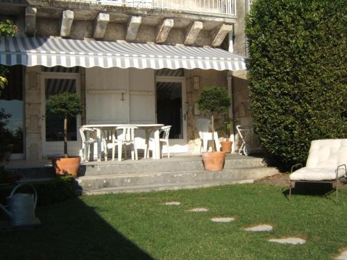 Chambres d'Hôtes Les Jardins de la Cathédrale : Bed and Breakfast near Mornac