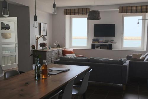 Grande maison de pêcheurs face à la mer : Guest accommodation near Port-en-Bessin-Huppain