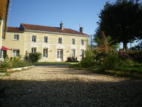 Domaine des Tilleuls : Guest accommodation near Montendre