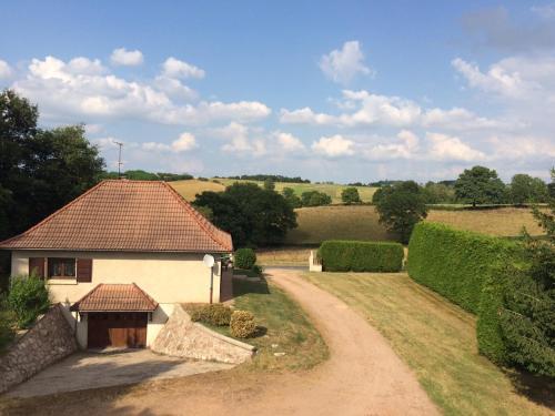 Gite Equipe avec Espace Vert : Guest accommodation near Liernolles