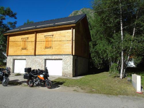 Chalet bois au milieu des Pyrénées : Guest accommodation near Porté-Puymorens