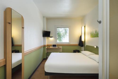 ibis budget Caen Porte de Bretagne : Hotel near La Caine