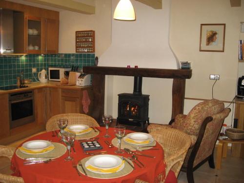 Village médiéval - Maison avec tout le confort moderne : Guest accommodation near Jonquières