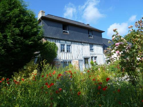 La Cour de Bas : Bed and Breakfast near Fourneville