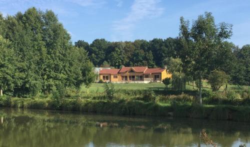 Gite des étangs de Bairon et ses environs : Guest accommodation near Nouart