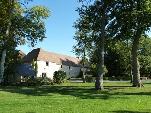 Domaine De La Tour : Guest accommodation near Saint-Pierre-Canivet
