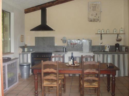 Mas de Faviérette : Guest accommodation near Sabran