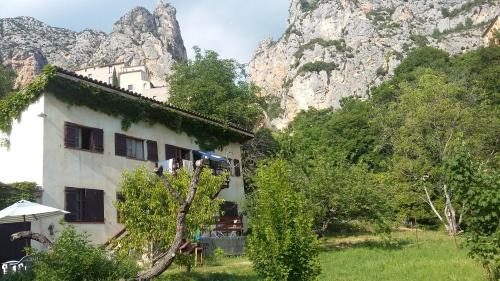 Le Paradou : Guest accommodation near Entrages