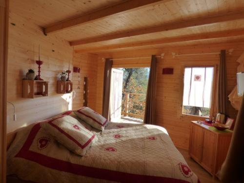 Cabane des K'Hauts Pins : Bed and Breakfast near Brue-Auriac