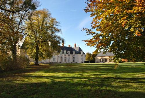 Chateau La Touanne Avec Piscine Chauffée - With Heated Swimming Pool : Bed and Breakfast near Saint-Sigismond