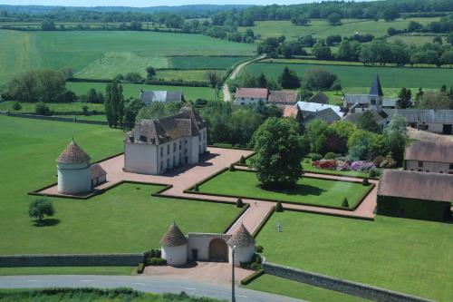 Les Residences du Chateau de Vianges : Guest accommodation near Saint-Brisson