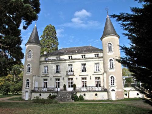 Château Les Vallées : Bed and Breakfast near Coussay-les-Bois