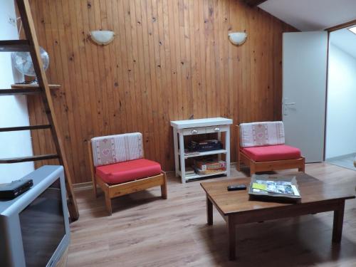 Apartment La Chal : Apartment near Saint-Apollinaire