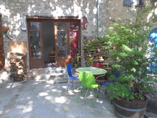 gite t2 avec terrasse : Apartment near Jonquières