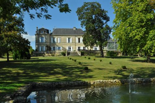 Chateau Carbonneau : Bed and Breakfast near Lamothe-Montravel