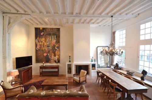 La Table : Apartment near Paris 4e Arrondissement