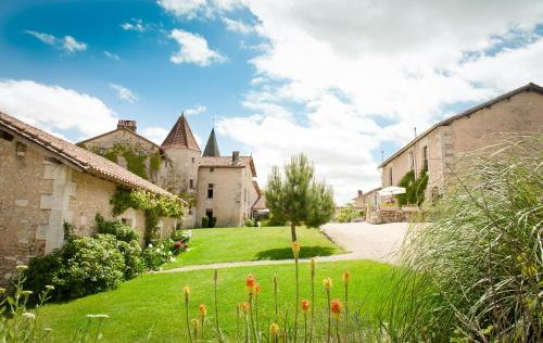 Chateau de Gurat : Guest accommodation near Saint-Amant