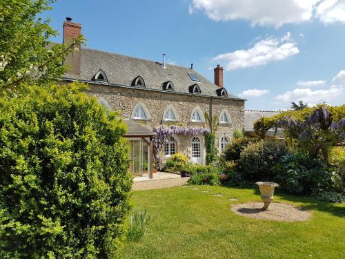 Manoir de la Pigeonnerie : Bed and Breakfast near Louvaines
