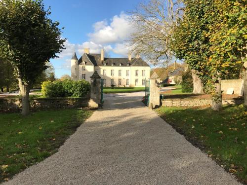 Le Château d'Asnières en Bessin : Bed and Breakfast near Bricqueville
