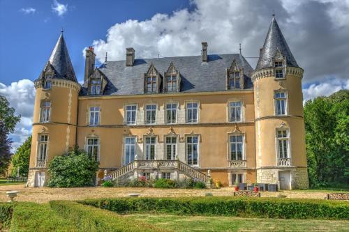 Château De Blavou Normandie : Guest accommodation near La Fresnaye-sur-Chédouet