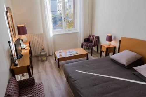Logis Hotel Saint-Roch : Hotel near Paulnay