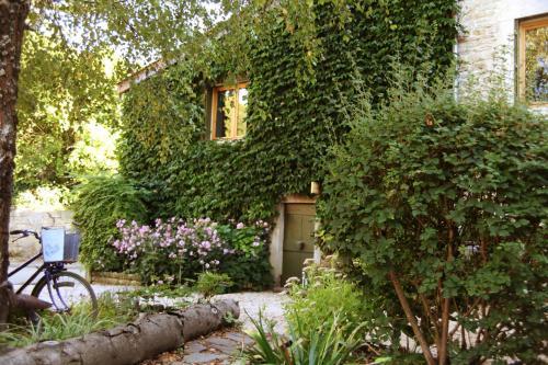 Gîte et Chambre d'hôtes LES TROIS COLLINES : Guest accommodation near Pouillat