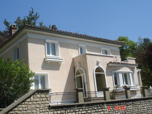La Maison Blanche Chambres D'hôtes - B & B Quillan : Bed and Breakfast near Galinagues
