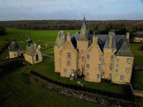 Chateau de Bourgon : Bed and Breakfast near Jublains