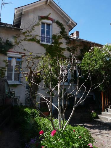 Une chambre en ville : Bed and Breakfast near Aurillac