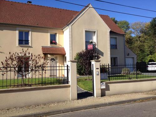 Au petit nid de Valaine : Bed and Breakfast near Villeneuve-sur-Auvers