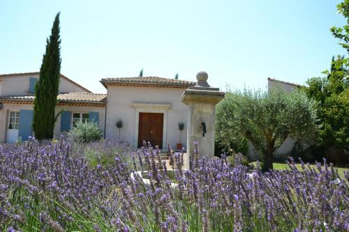 Au Temps des Cerises : Bed and Breakfast near Vers-Pont-du-Gard