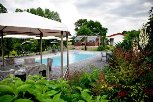 La Grange aux peintres : Bed and Breakfast near Saint-Laurs