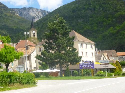 Hôtel Restaurant Les Alpins : Hotel near La Beaume