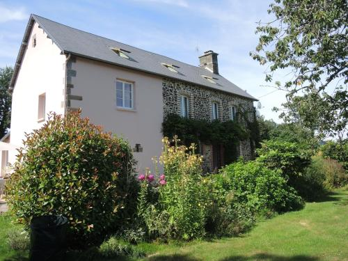 Chambres Avec Vues : Bed and Breakfast near Saint-Georges-de-Livoye