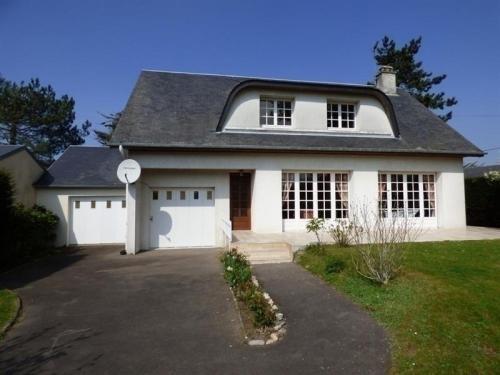 House Jullouville, grande maison avec jardin a 150 metres de la plage : Guest accommodation near Saint-Pierre-Langers