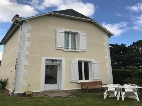 House Jullouville maison proche de la mer avec jardin : Guest accommodation near Champeaux