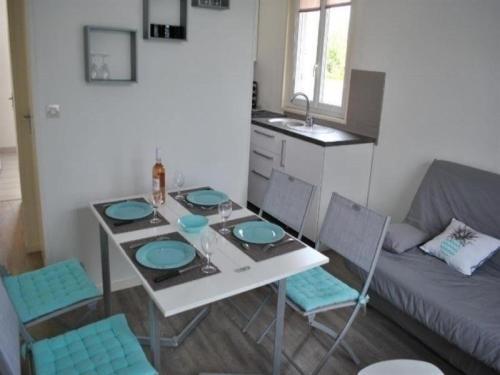 Apartment Appartement rdc refait a neuf en agglomeration : Apartment near Yquelon