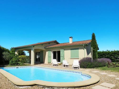 Ferienhaus mit Pool Ordonnac 100S : Guest accommodation near Civrac-en-Médoc