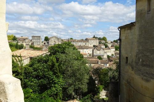 12 Rue des Ecoles : Guest accommodation near Saint-Sulpice-de-Faleyrens